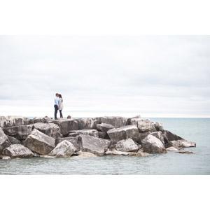 フリー写真, 人物, カップル, 恋人, 二人, 人と風景, 防波堤, 海, おでこをつける, 手をつなぐ