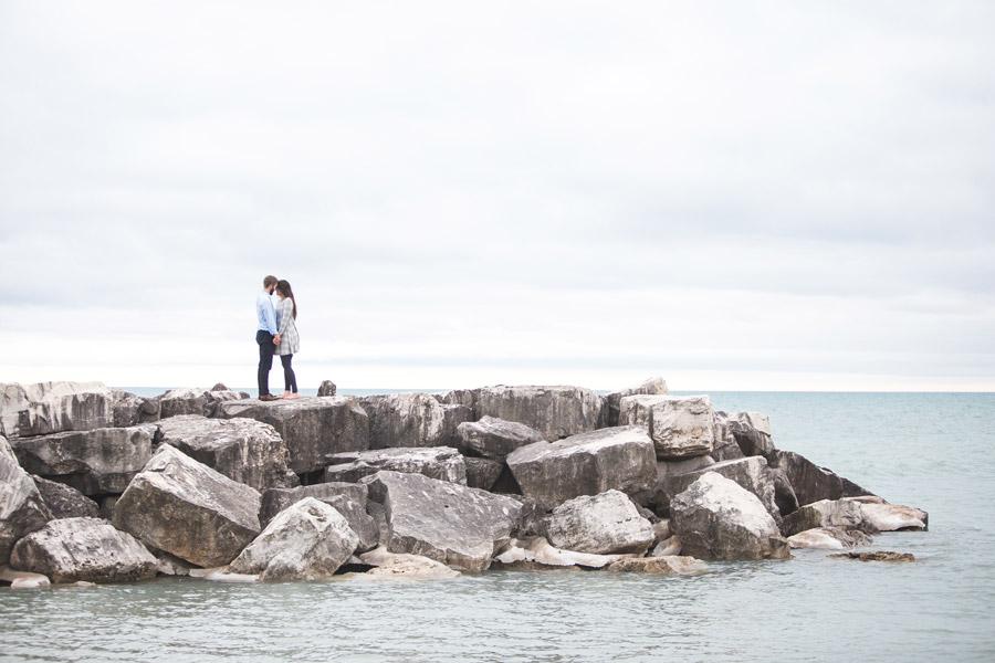 フリー写真 防波堤で額を付け合うカップル