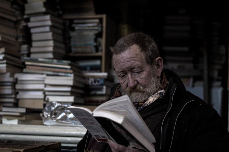 フリー写真 本を読んでいる本屋の店主