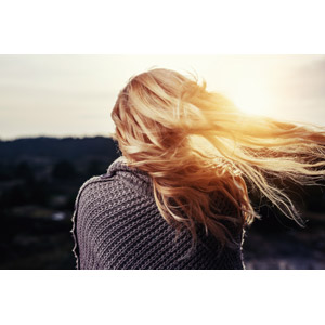 フリー写真, 人物, 女性, 外国人女性, 髪がなびく, 金髪(ブロンド), 後ろ姿, 太陽光(日光)