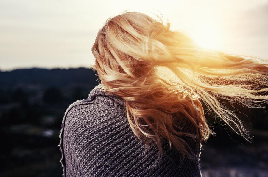 フリー写真 風に吹かれる金髪の女性の後ろ姿