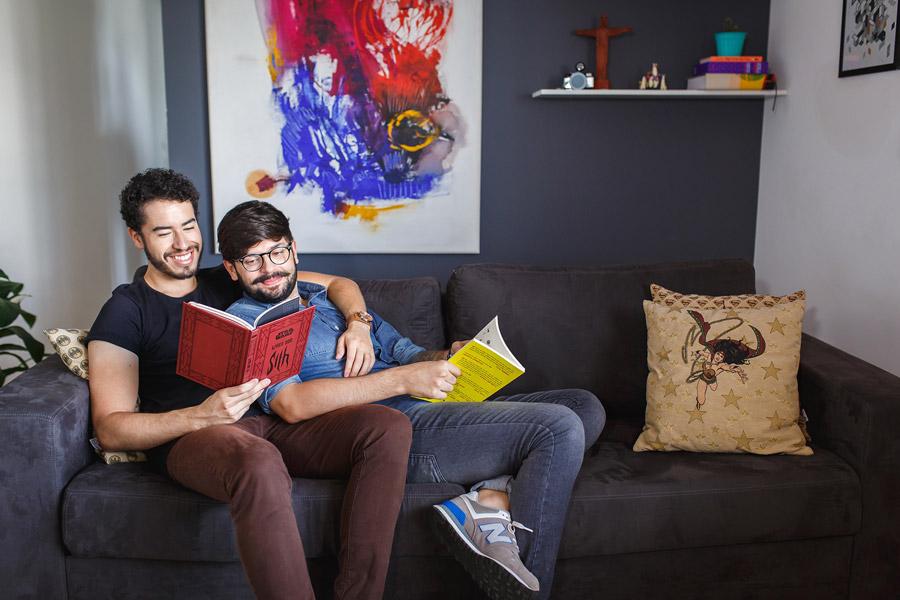 フリー写真 ソファーで本を読んでいる男性同士のカップル