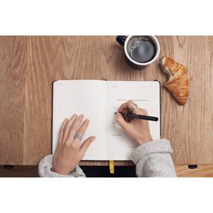 フリー写真, 人体, 手, 仕事, ビジネス, 手帳, 書く, 食べ物(食料), パン, クロワッサン, 飲み物(飲料), コーヒー(珈琲)