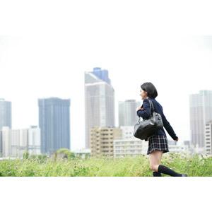 フリー写真, 人物, 少女, アジアの少女, 日本人, 学生(生徒), 学生服, 高校生, ブレザー制服, 通学鞄, 人と風景, 高層ビル