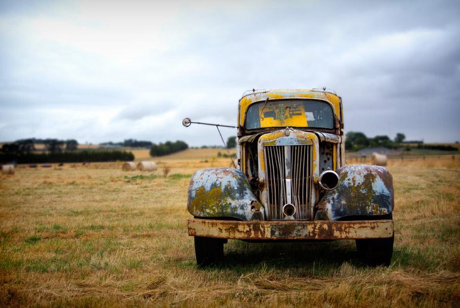 フリー写真 牧草地に捨てられたままの古い車