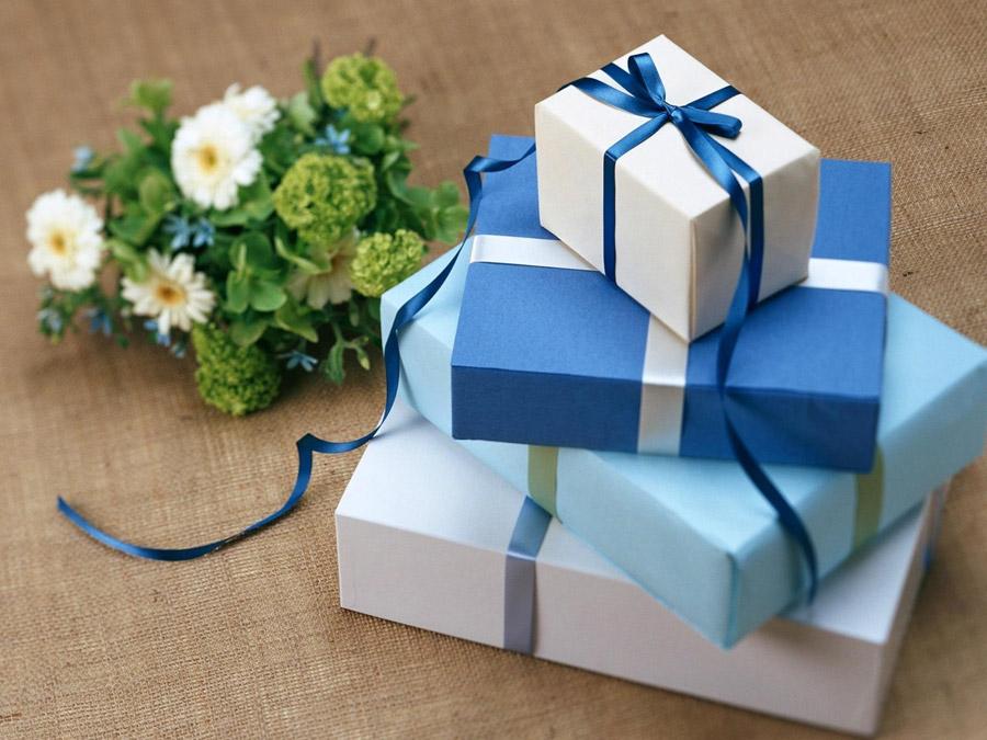 フリー写真 ラッピングされたプレゼントと花