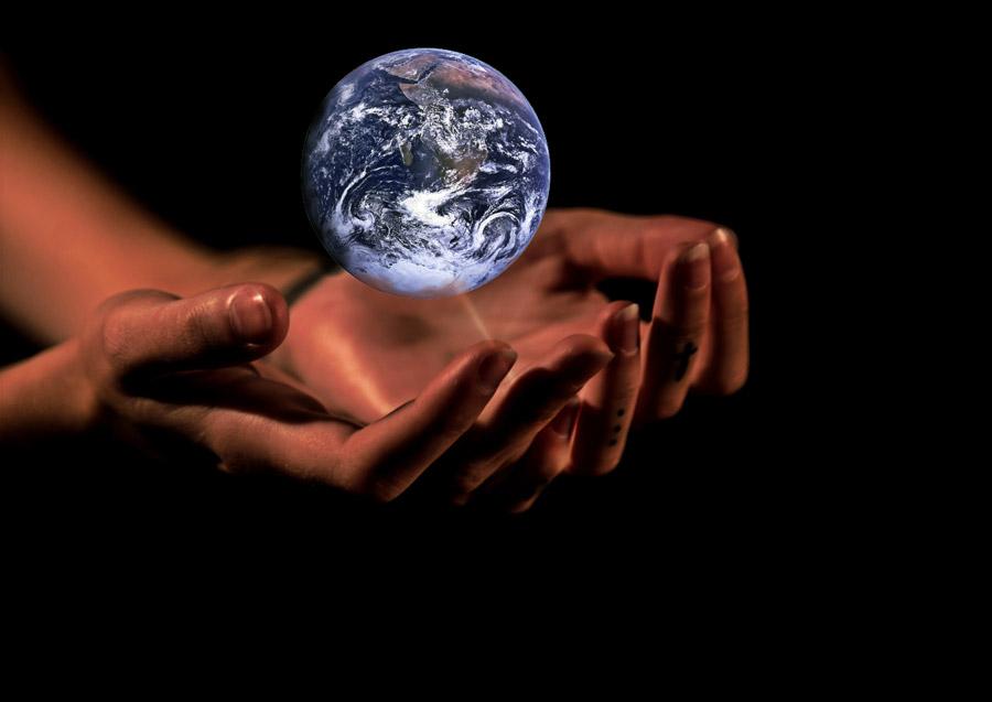フリー写真 手の上の地球