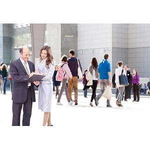 フリー写真, 人物, ビジネス, ビジネスウーマン, ビジネスマン, 仕事, 職業, マーケティング, 腕を組む, 人込み(人混み)