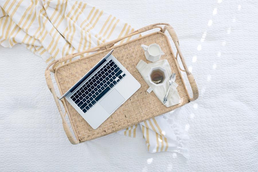 フリー写真 ノートパソコンと紅茶