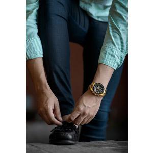 フリー写真, 人物, 男性, 靴紐, 靴(シューズ), 腕時計, メンズファッション