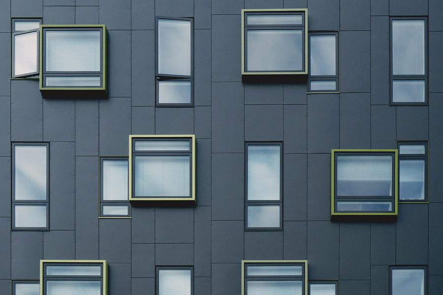 フリー写真 建物の窓の背景