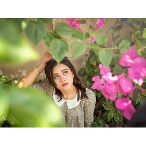 フリー写真, 人物, 女性, アジア人女性, 人と花, 見上げる(上を向く), 女性(00169), ピンク色の花