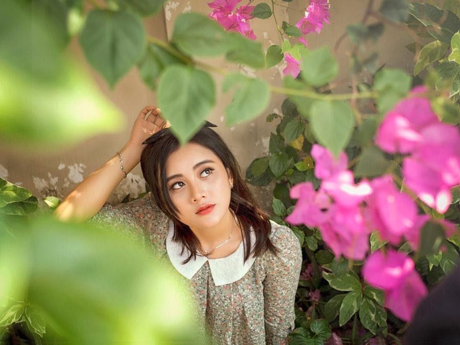 フリー写真 花を見上げるベトナム人女性