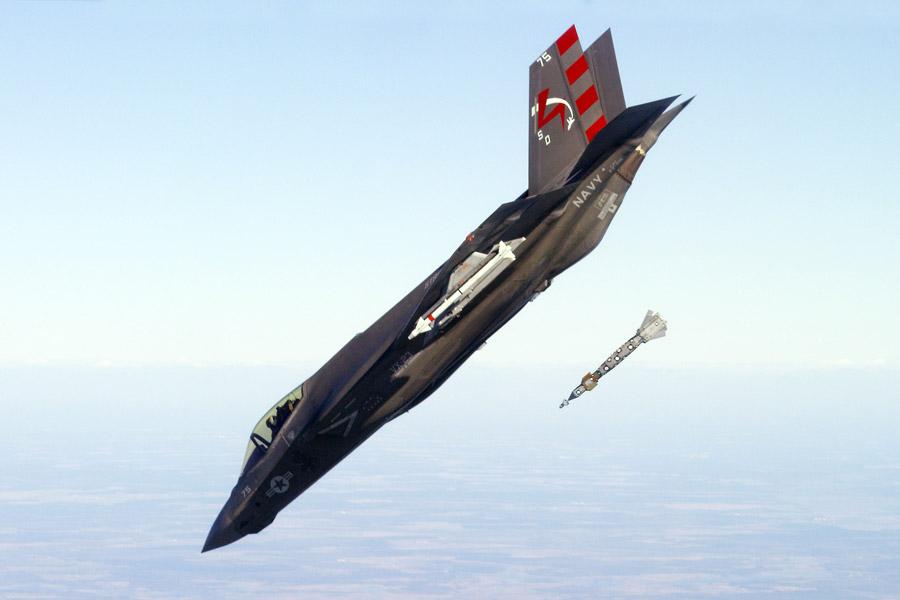 フリー写真 誘導爆弾を発射させるF-35C ライトニング II