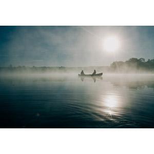 フリー写真, 風景, 湖, 霧(霞), 太陽光(日光), 朝日, 魚釣り(フィッシング), 人と風景, 人と乗り物, 船, カヌー(カヤック), アメリカの風景
