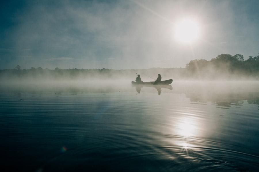 フリー写真 朝霧の立つ湖と釣り人