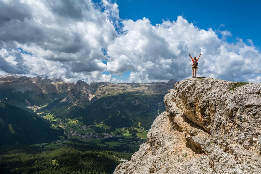 フリー写真 山頂で歓喜する女性の後ろ姿