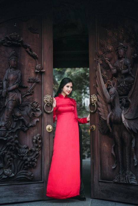 フリー写真 大きな扉とアオザイ姿のベトナム人女性