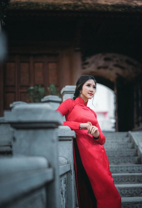 フリー写真 アオザイ姿で肘をついているベトナム人女性