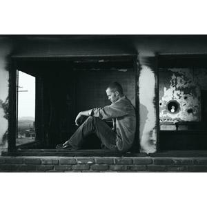 フリー写真, 人物, 男性, 外国人男性, 人と風景, 廃墟, 落ち込む(落胆), 失望(絶望), 悲しい, モノクロ