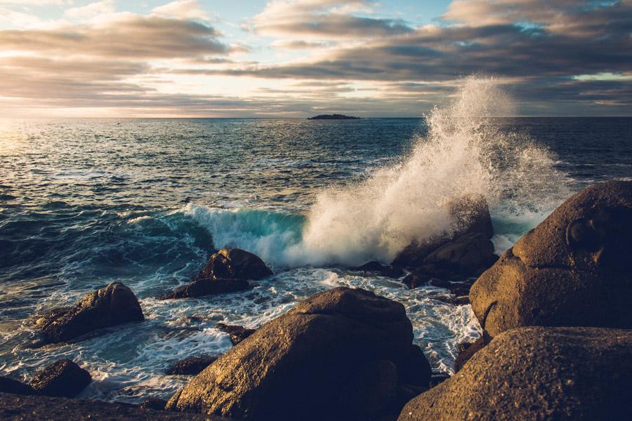 フリー写真 海の波しぶきと岩の風景