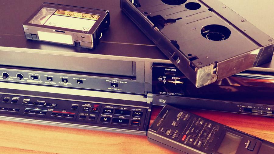 フリー写真 ビデオデッキとビデオテープ