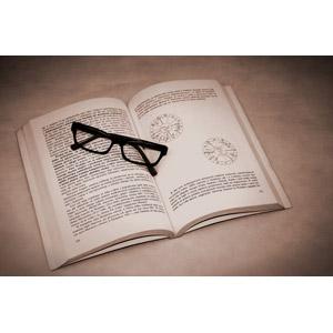 フリー写真, 本(書籍), 眼鏡(メガネ)