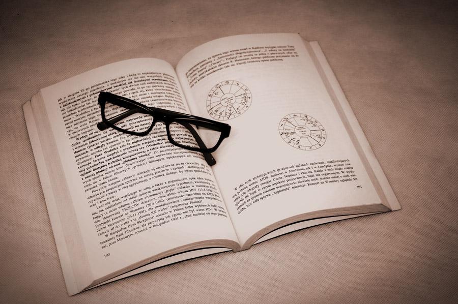 フリー写真 本の上に置かれた眼鏡