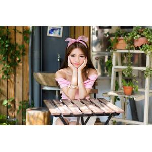 フリー写真, 人物, 女性, アジア人女性, Dora(00078), 中国人, バンダナ, 頬に手を当てる, 頬杖をつく, 座る(椅子)