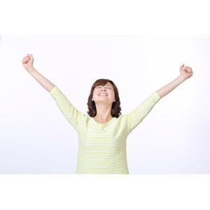 フリー写真, 人物, 女性, アジア人女性, 日本人, 女性(00086), ガッツポーズ, 目を閉じる, 手を上げる, 成功