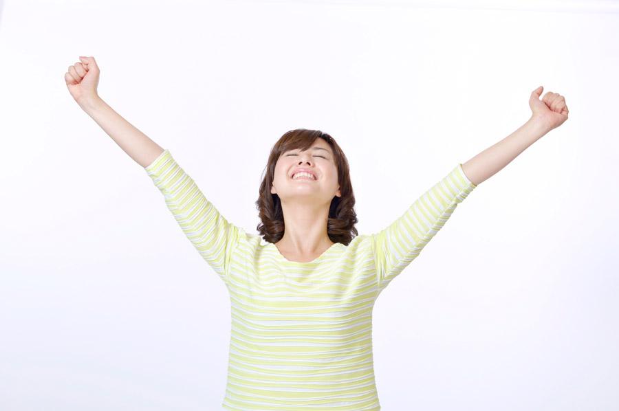 フリー写真 ガッツポーズしながら成功に酔いしれる女性