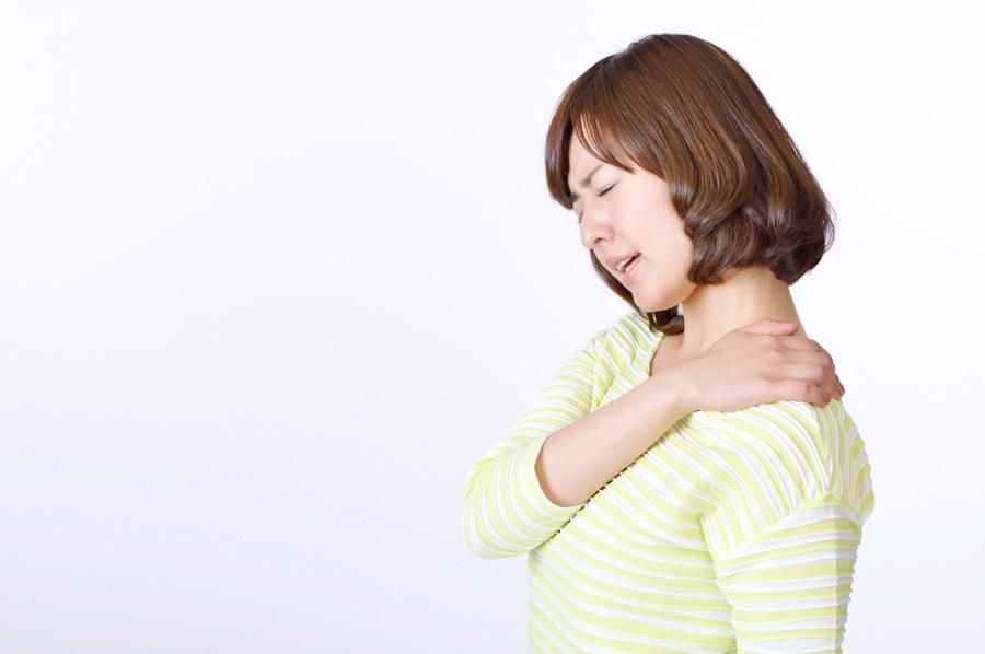 フリー写真 肩こりに悩む日本人女性