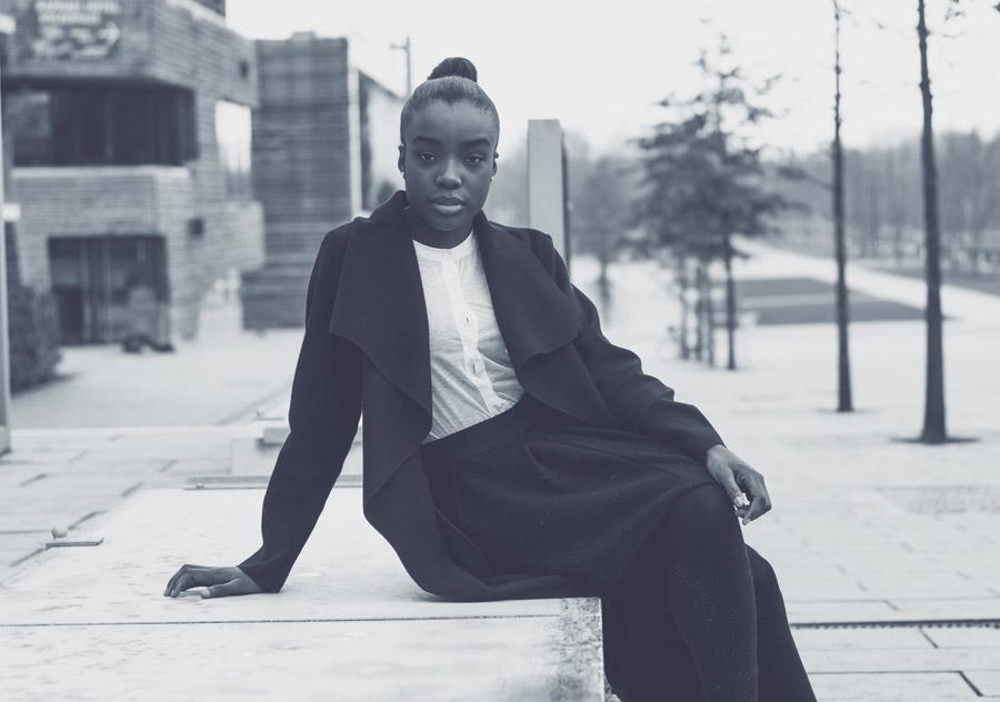 フリー写真 腰掛ける黒人女性のポートレイト