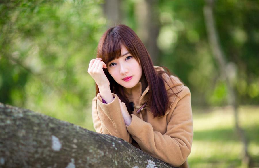 フリー写真 木に肘をついている女性ポートレイト