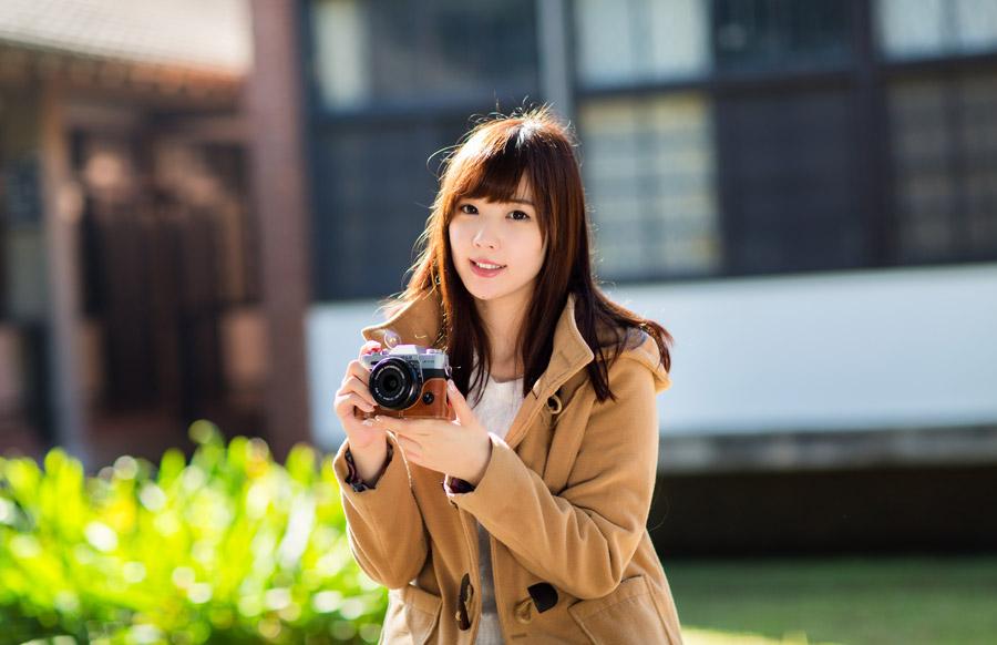 フリー写真 カメラを持っている女性のポートレイト