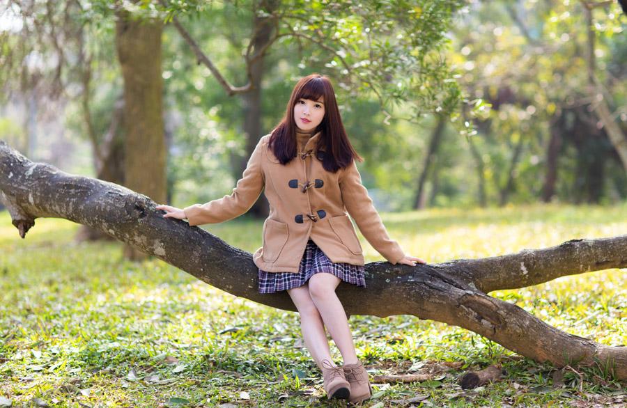 フリー写真 木の上に座っている女性ポートレイト