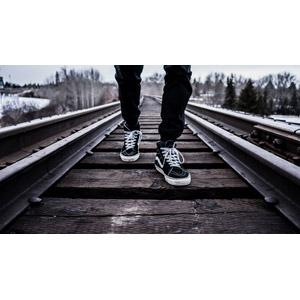 フリー写真, 人体, 足, 靴(シューズ), 人と風景, 線路(鉄道)