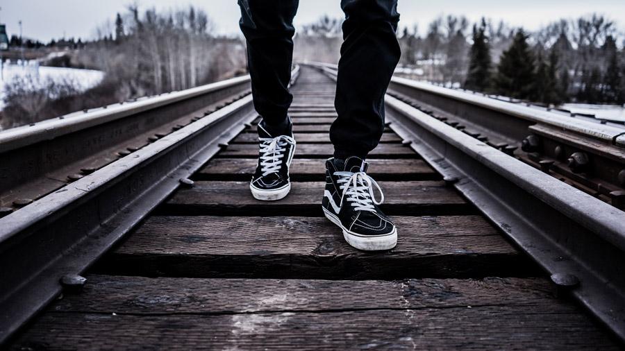 フリー写真 線路を歩く足