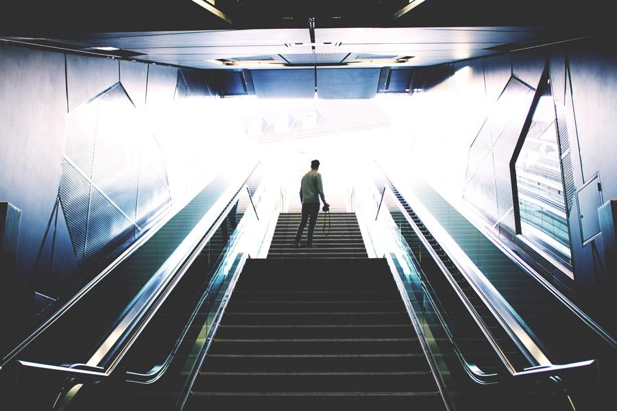 フリー写真 エスカレーターと階段と男性の後ろ姿