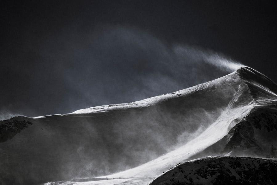 フリー写真 吹雪が起こる山の風景