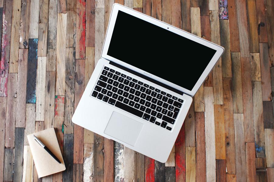フリー写真 ノートパソコンとメモ帳とペン