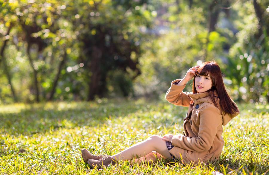 フリー写真 芝生の上に座る女性のポートレイト