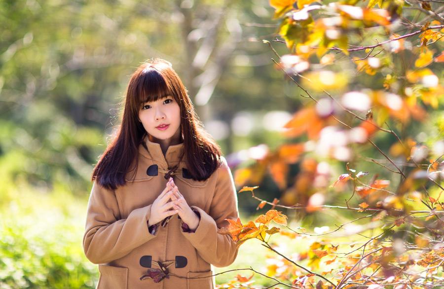 フリー写真 枝葉と手を組む女性のポートレイト