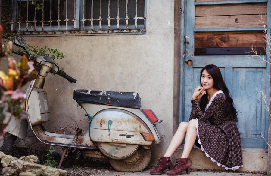 フリー写真 廃墟の家の前に座る女性のポートレイト