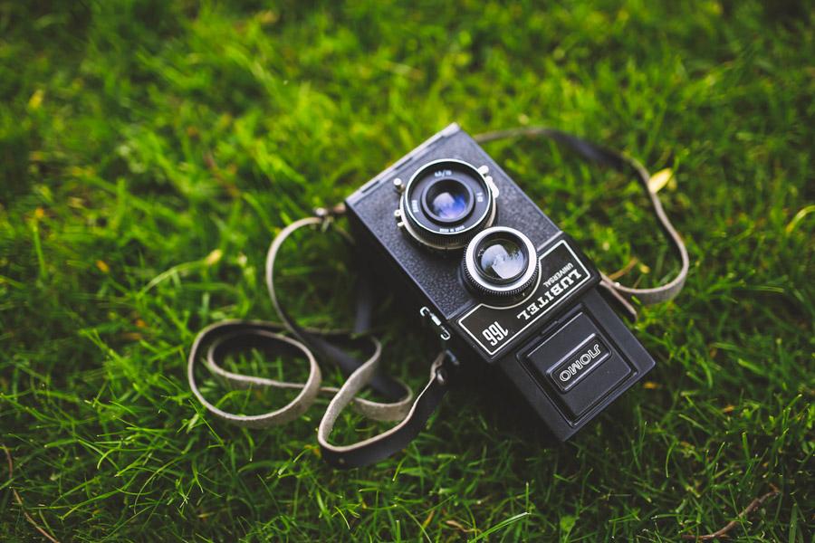 フリー写真 芝生の上の二眼レフカメラ