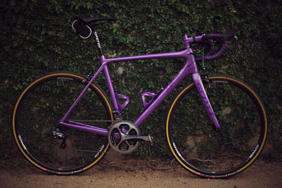フリー写真 紫色のロードバイク