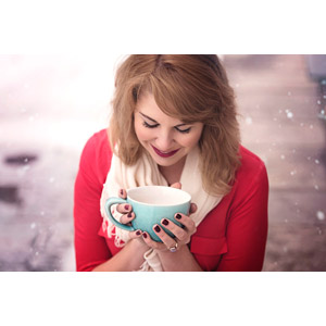 フリー写真, 人物, 女性, 外国人女性, マグカップ, 俯く(下を向く), 雪, 冬, カナダ人, 女性(00171)