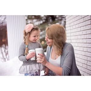 フリー写真, 人物, 親子, 母親(お母さん), 子供, 娘, タンブラー, 乾杯, 二人, カナダ人, 女性(00171)