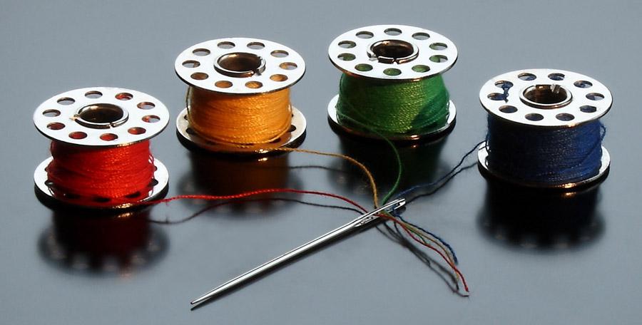 フリー写真 ボビンと縫い針