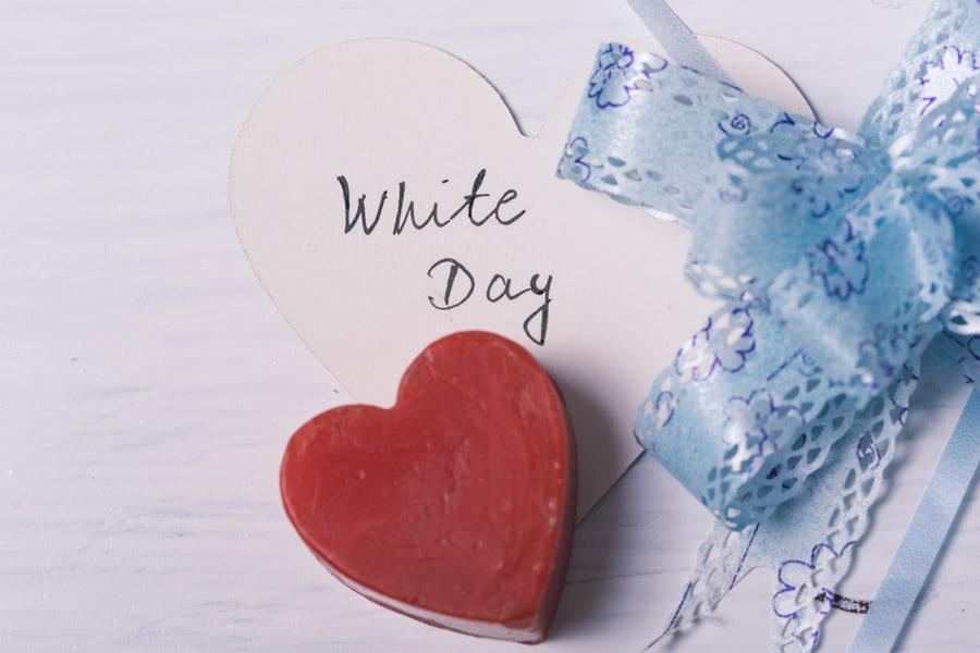 フリー写真 ホワイトデーのプレゼントとハート